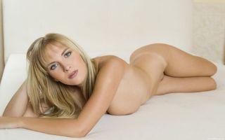 Бесплатные фото блондинка,голая,лежит,кровать,позирует