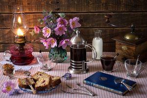 Бесплатные фото стол,лампа,кофемолка,ваза,цветы,книга,натюрморт