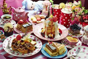 Обои чайник, торт, ассорти, чай, десерты, коктейль, вафли, ягоды, макаруны, пирожное