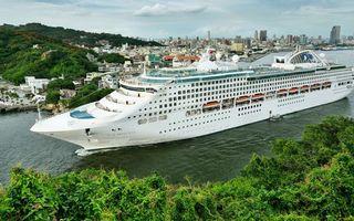 Бесплатные фото круизный лайнер,белый,палубы,шлюпки,пролив,берега,растительность