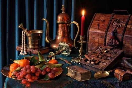 Бесплатные фото стол,блюдо,виноград,груши,мандарины,фрукты,подсвечник,свеча,пламя,чайник,сундук,книга