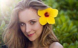 Бесплатные фото русая девушка,волосы,цветок,глаза,взгляд,губы