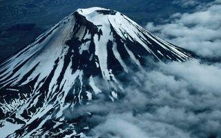 Обои гора, вулкан, снег, облака, черно-белое