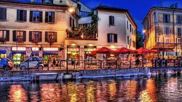 Бесплатные фото вечер,река,канал,набережная,автомобили,кафе,люди