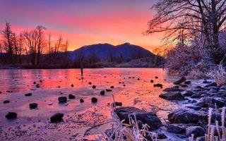Бесплатные фото вечер,мороз,река,лед,камни,трава,деревья