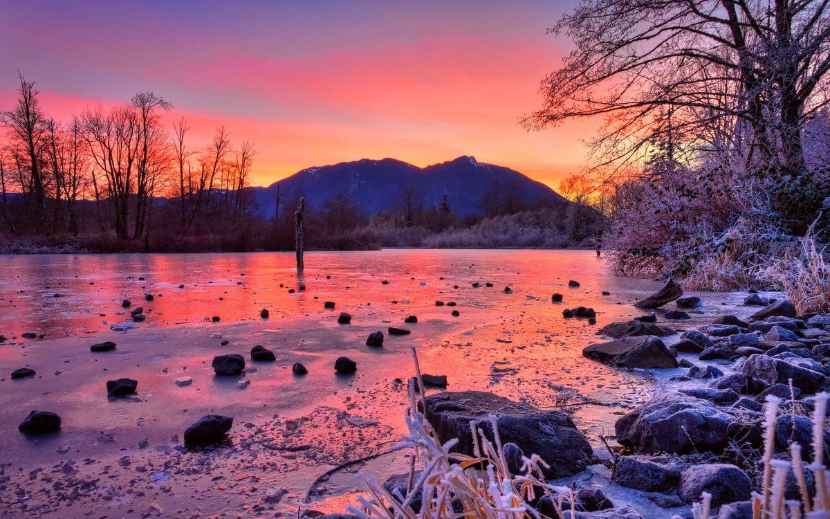 Фото бесплатно вечер, мороз, река, лед, камни, трава, деревья, иней, горы, небо, закат, природа