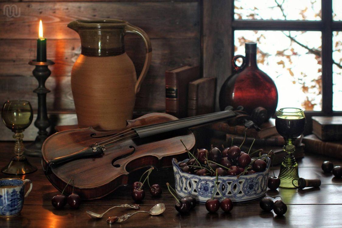Фото бесплатно ягоды, вишня, скрипка, кувшин, свеча, бокалы, бутылка, книги, ложки, натюрморт, разное