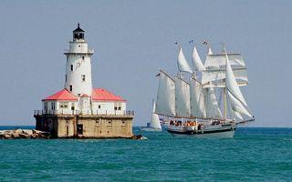 Фото бесплатно море, маяк, яхты, паруса, мачты, горизонт, небо