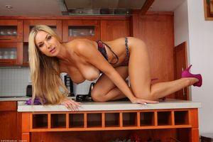 Бесплатные фото Carol Goldnerova,красотка,девушка,голая,голая девушка,обнаженная девушка,позы