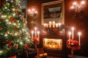 Фото бесплатно Рождество, фон, дизайн, элементы, ёлка, новогодние обои, новый год, интерьер, гирлянды, иллюминация, камин, свечи