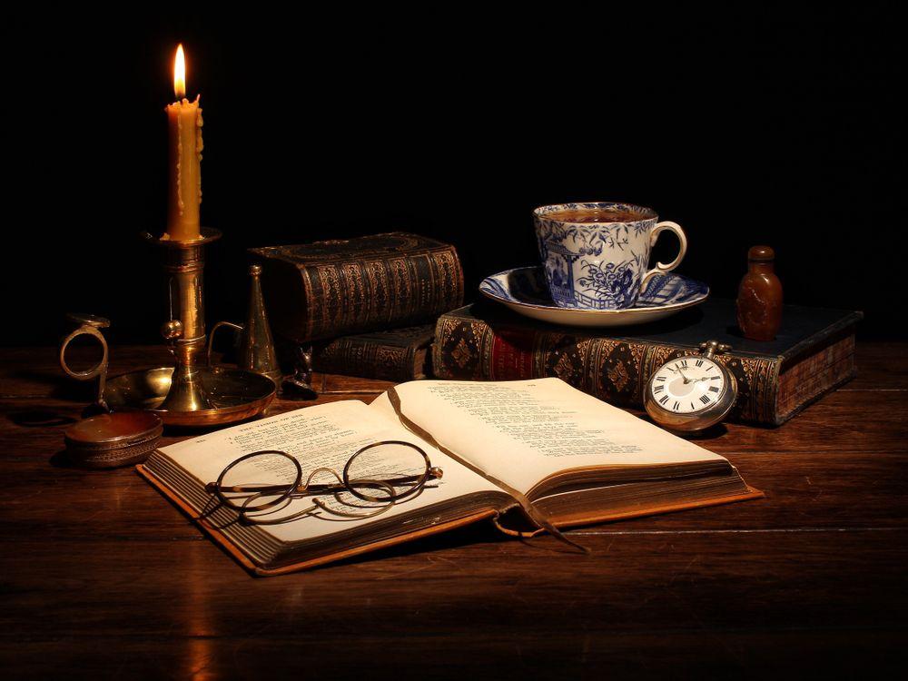 Фото бесплатно стол, книга, очки, часы, свеча, натюрморт, разное