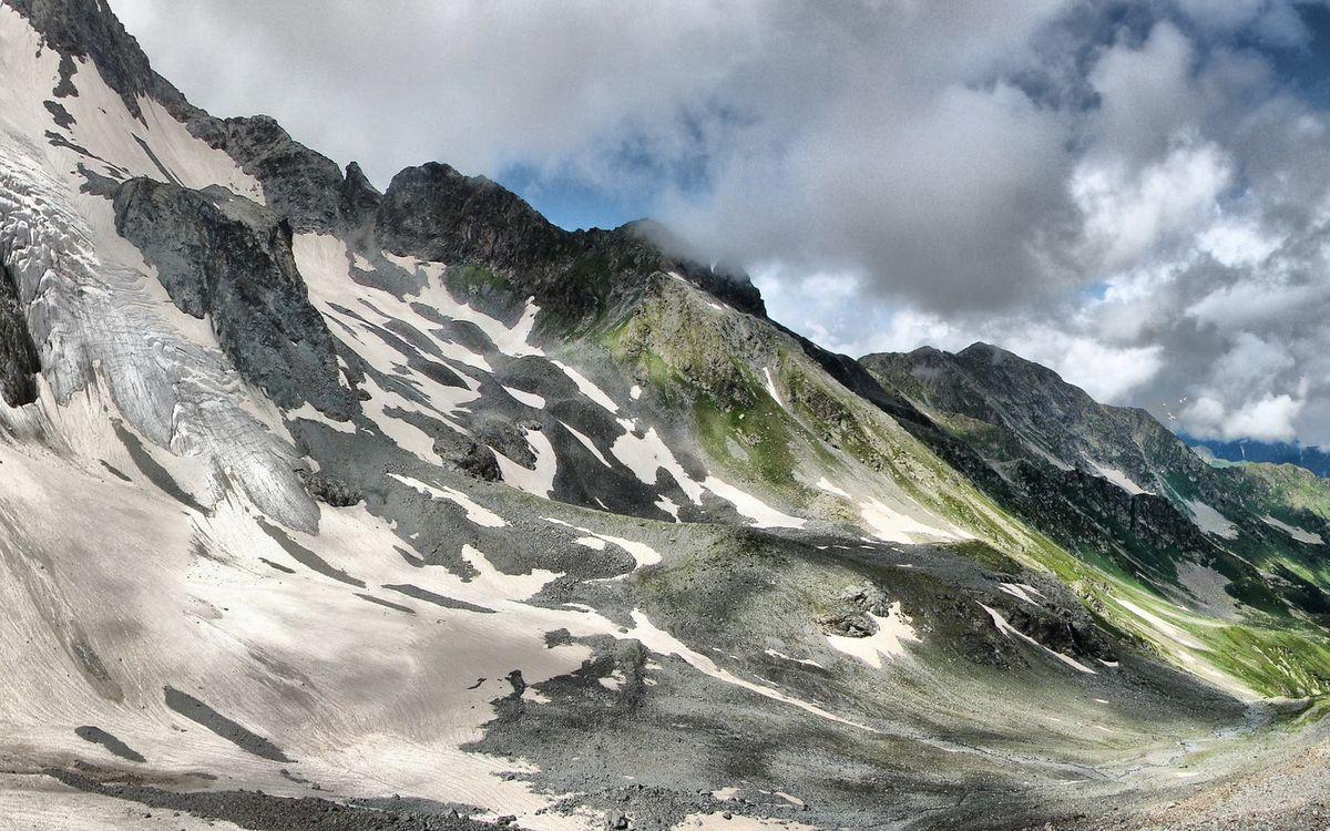 Фото бесплатно горы, скалы, вершины, снег, трава, небо, облака, пейзажи