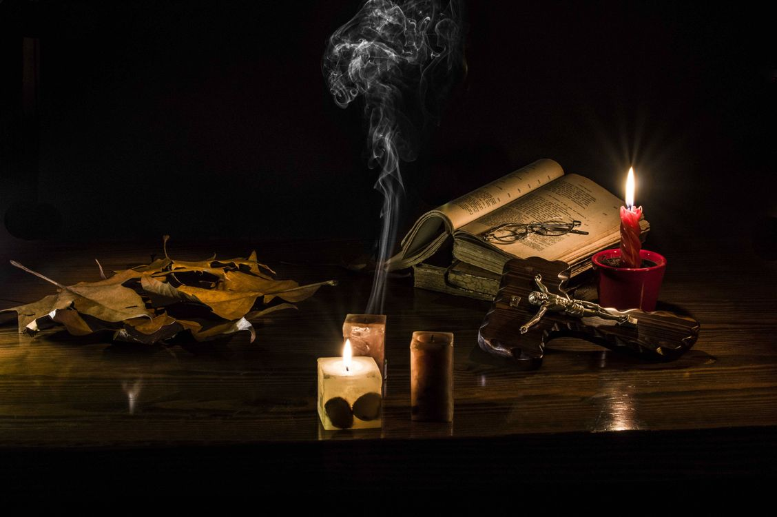 Фото бесплатно свечи, книга, очки - на рабочий стол