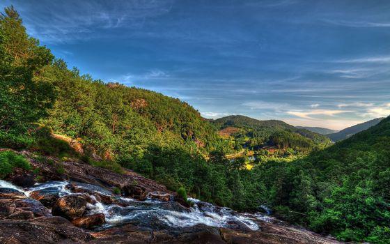 Бесплатные фото горы,растительность,ручей,течение,камни,небо