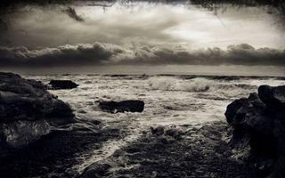 Обои берег, камни, море, волны, шторм, небо, тучи, черно-белое