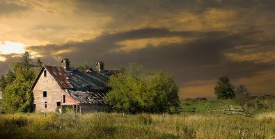 Бесплатные фото поле,деревья,дом,закат,пейзаж