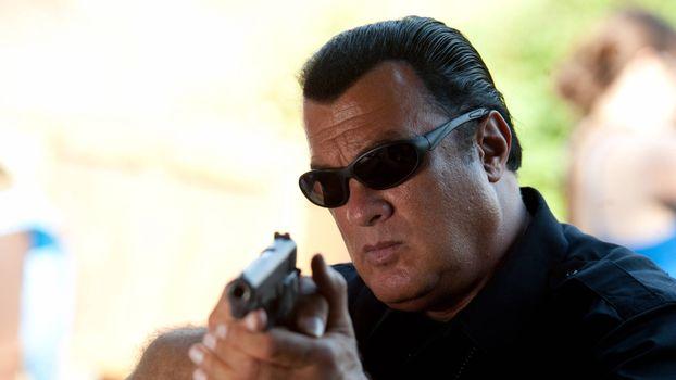 Бесплатные фото Стивен Сигал,актер,пистолет,очки