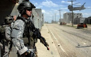 Заставки солдаты,экипировка,шлемы,автоматы,дома,улица,вертолет