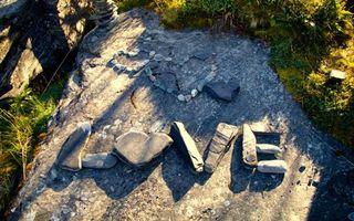 Бесплатные фото love,слово из камней,любовь,сердечки,скала