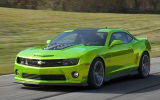 Обои шевроле, камаро, зеленый, воздухозаборник, дорога, скорость