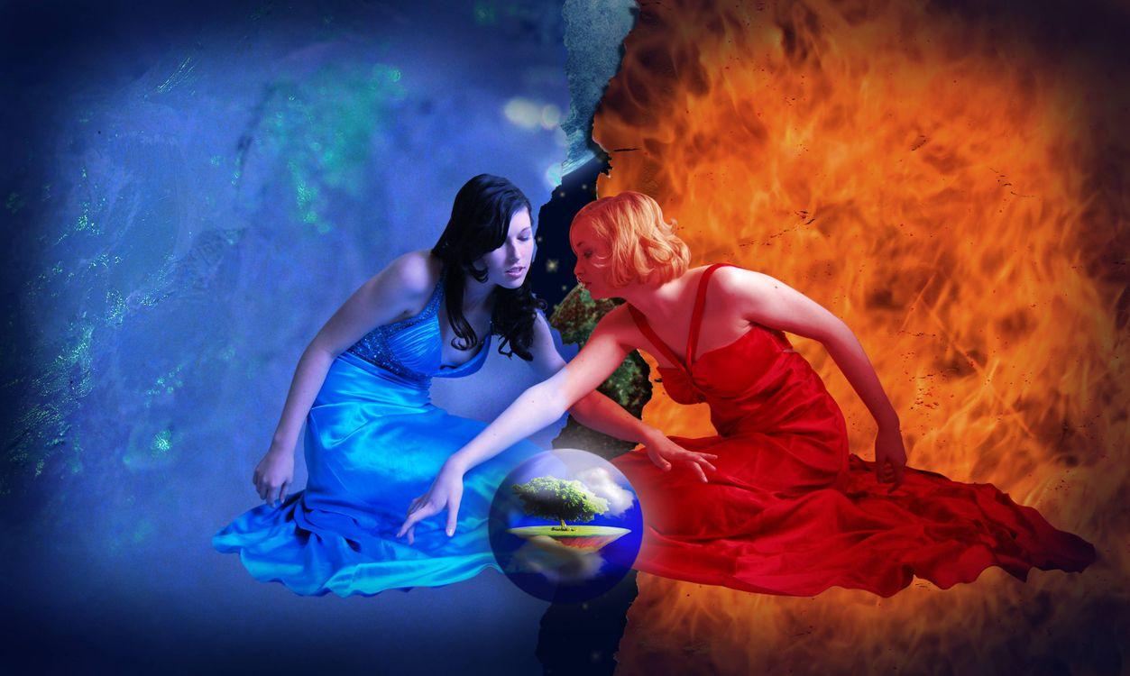 Обои девушки, огонь, вода картинки на телефон
