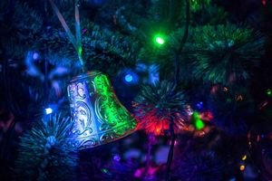 Бесплатные фото новогодняя елка,игрушки,колокольчик,гирлянда