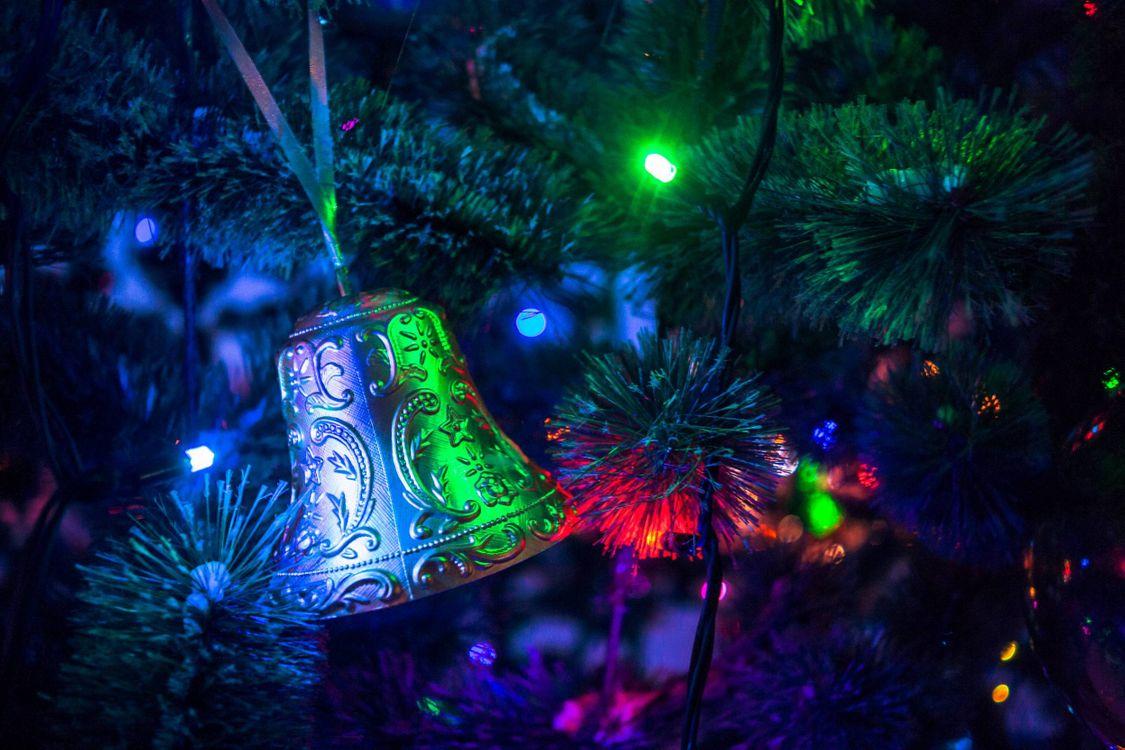 Фото бесплатно новогодняя елка, игрушки, колокольчик, гирлянда, новый год