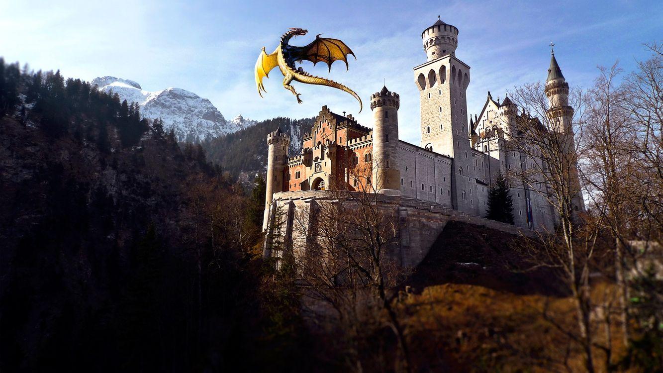 Фото бесплатно горы, замок, башни, дракон, полет, крылья, хвост, лапы, фантастика