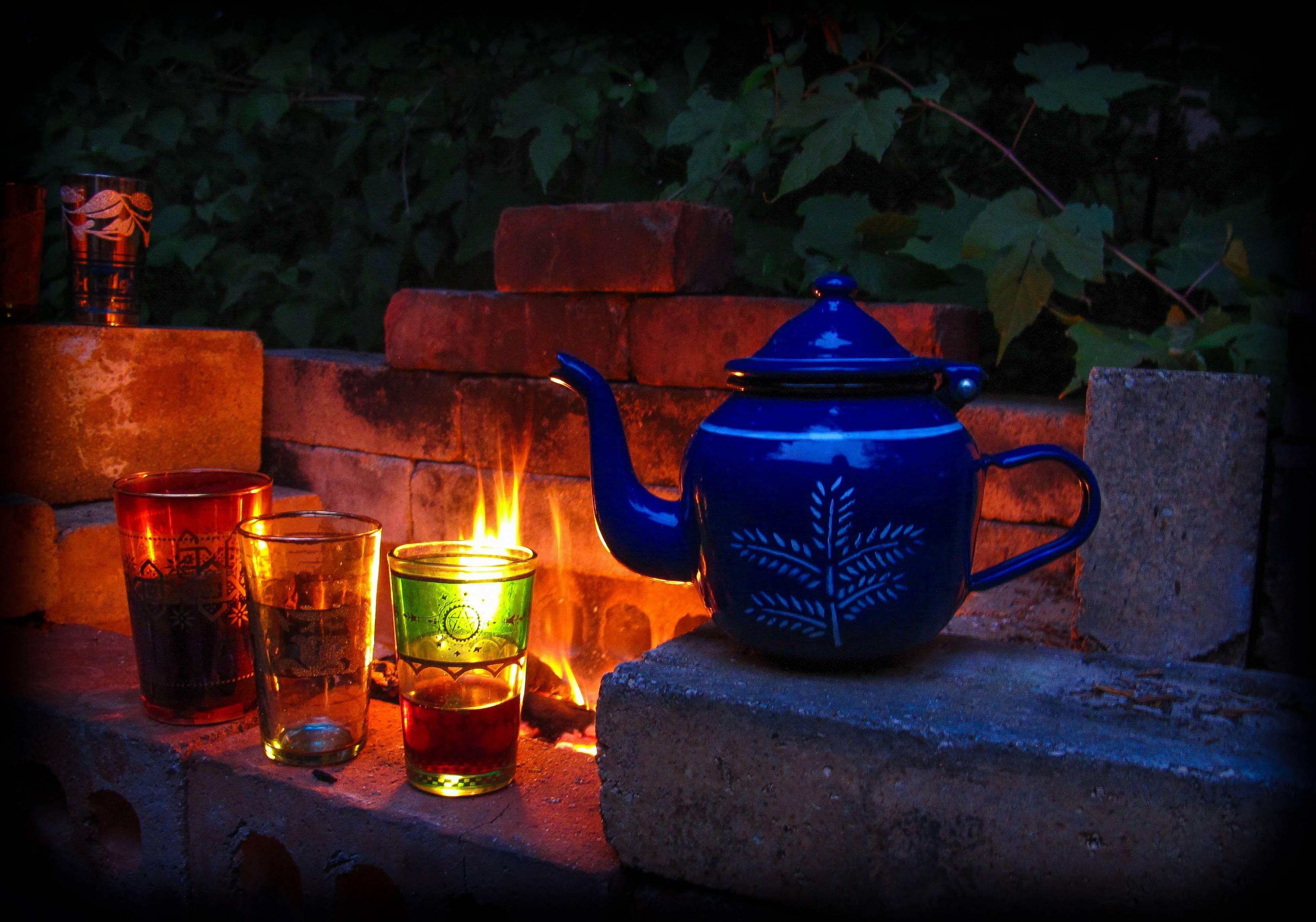 костёр, чайник, бокалы