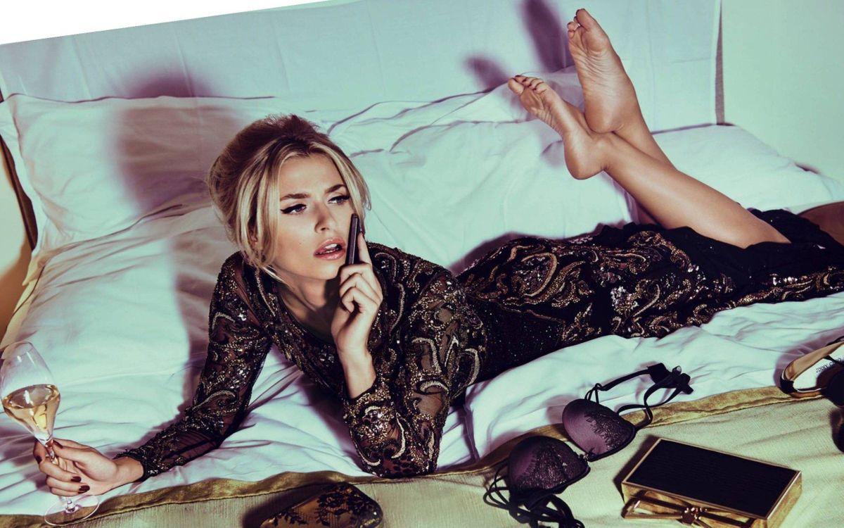 Обои девушка, кровать, разговор картинки на телефон