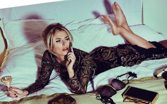 Бесплатные фото девушка,кровать,разговор,телефон,сумочка,лифчик,платье,бокал