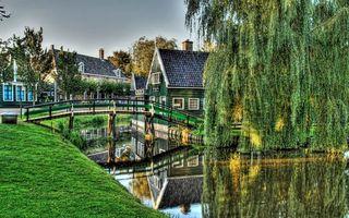 Фото бесплатно река, отражение, мостик, трава, деревья, дома, деревня