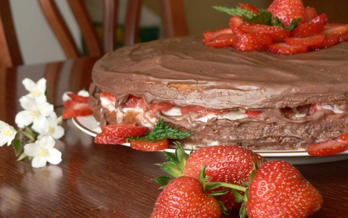 Фото бесплатно торт, крем, шоколадный, ягода, клубника, цветочки, еда