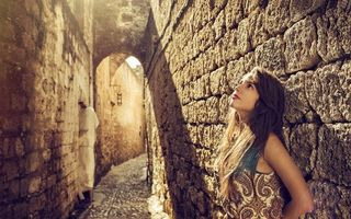 Бесплатные фото девушка,брюнетка,модель,стена