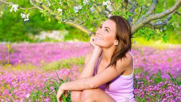 Фото бесплатно девушка, яблоня, цветы, улыбка, мечтательница