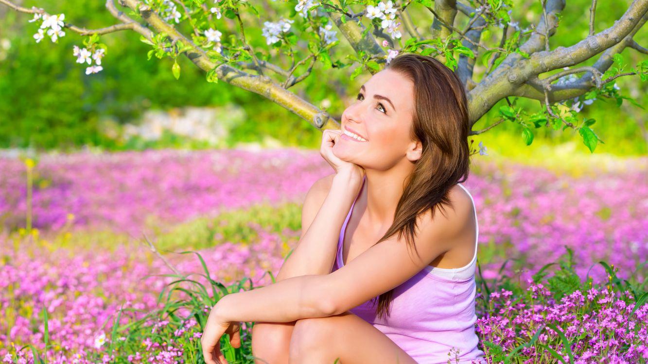 Фото бесплатно девушка, яблоня, цветы, улыбка, мечтательница, настроения