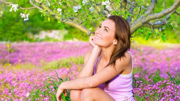 Фото бесплатно девушка, яблоня, цветы