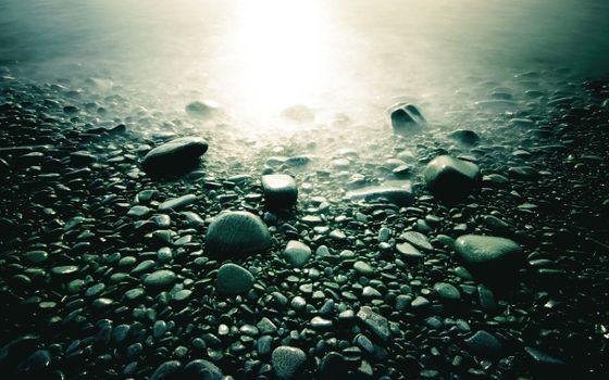 Округлённые камни, солнечный блик, вода, берег