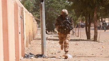 Бесплатные фото солдат,оружие,автомат,каска,военные действия,бег,забор