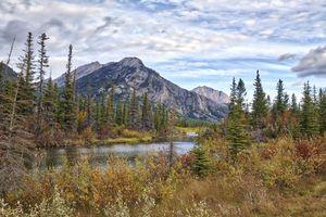 Обои Yamnuska, Alberta, горы, река, осень, деревья, пейзаж