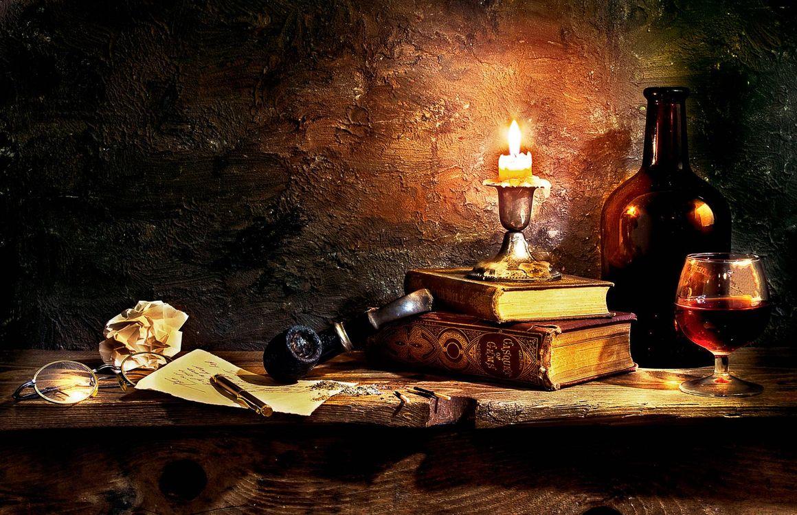 Фото бесплатно натюрморт, композиция, свеча, трубка курительная, дерево, стол, книги, старина, бокал, вино, бутылка, разное