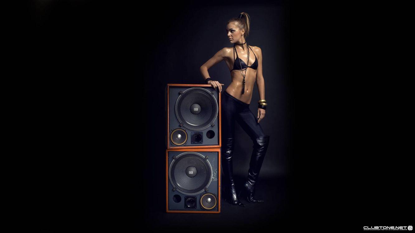 Фото бесплатно девушка, колонки, музыка, музыка