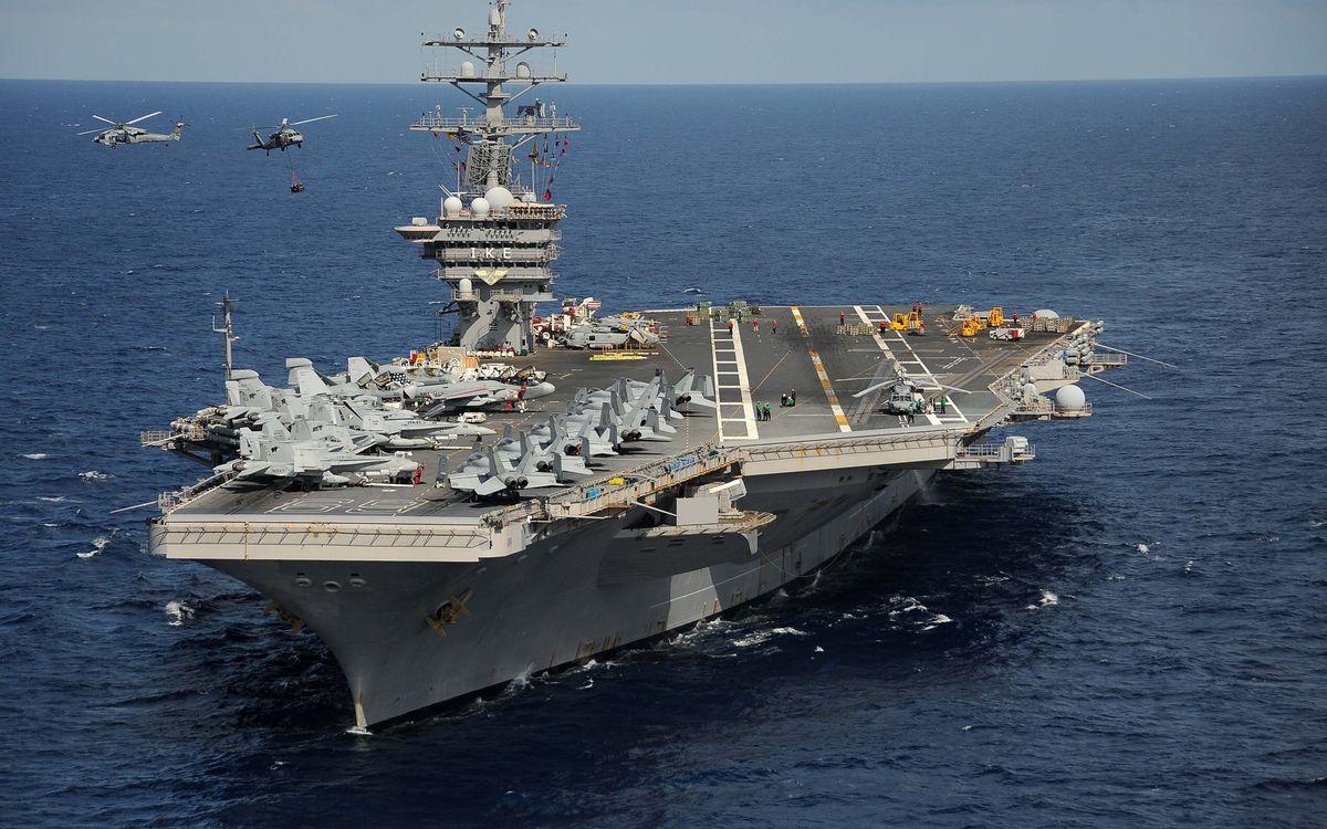 Фото бесплатно море, авианосец, палуба, самолеты, истребители, люди, вертолеты, полет, авиация