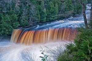 Бесплатные фото upper tahquamenon falls,michigan,река,водопад,лес,деревья,пейзаж