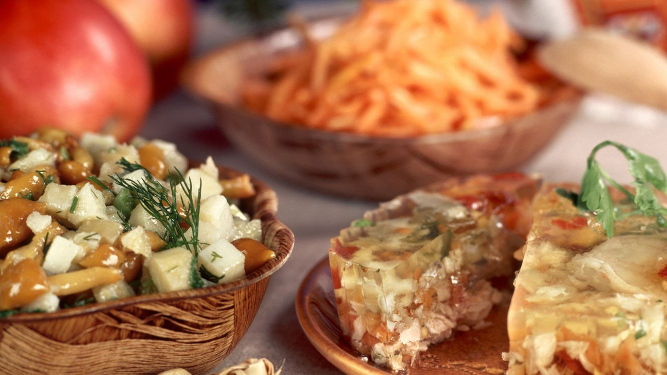 Фото бесплатно тарелки, холодец, грибы, зелень, яблоки, салат, еда
