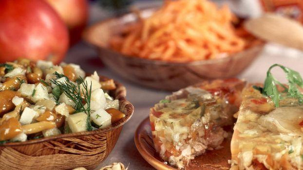 Бесплатные фото тарелки,холодец,грибы,зелень,яблоки,салат