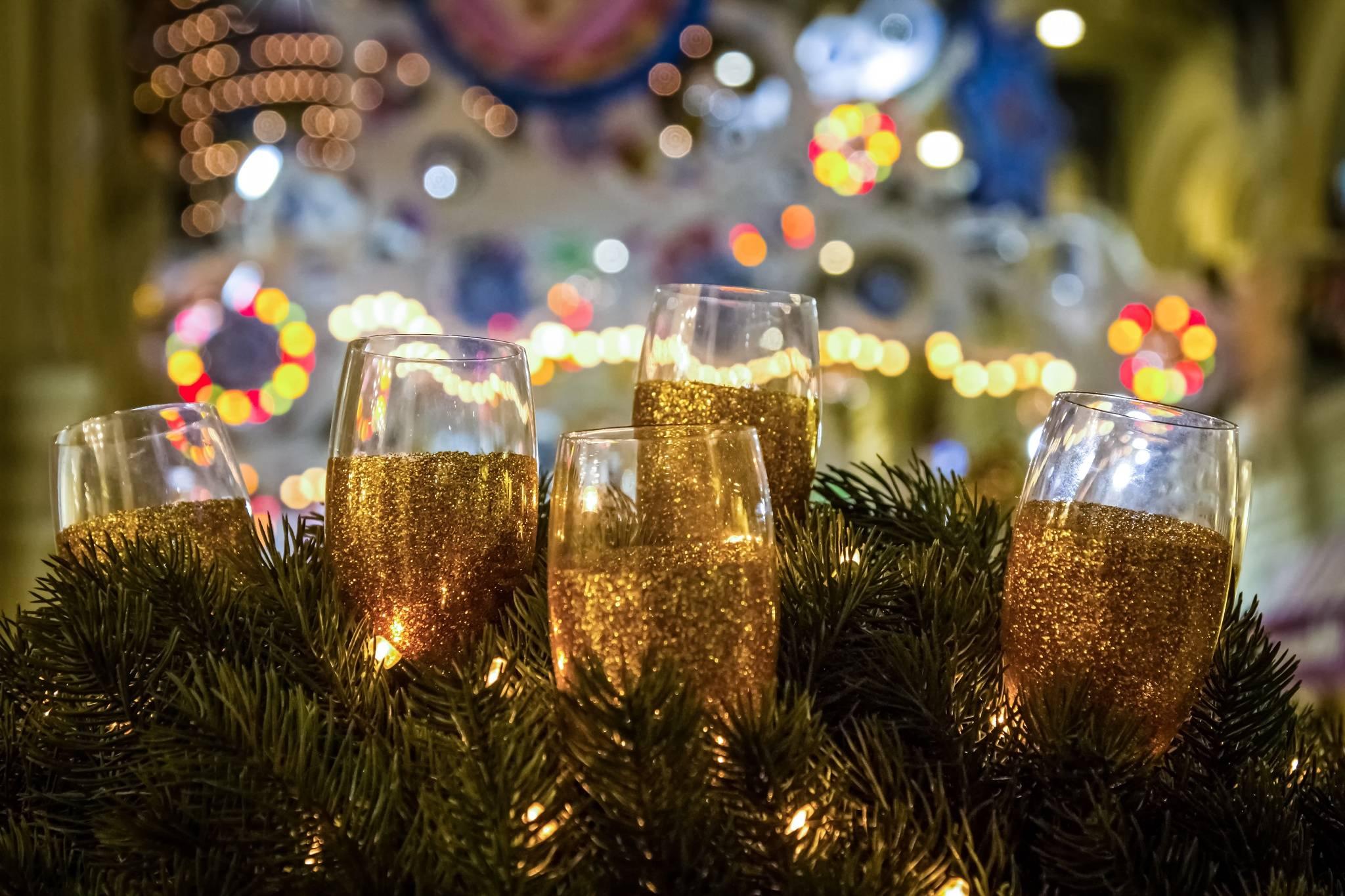бокалы, шампанское, ветви елки