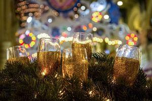 Бесплатные фото бокалы,шампанское,ветви елки,праздник