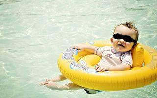 Бесплатные фото ребенок,малыш,очки,футболка,плавательный круг,бассейн,вода