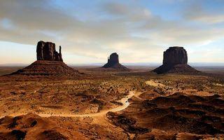 Бесплатные фото долина,песчаники,монолиты,дорога,машины,небо,облака